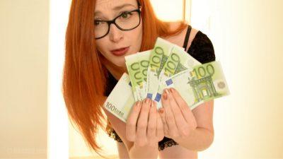 femme qui tient des billets money fetish