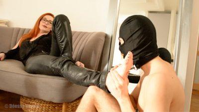 esclave tenu en laisse masse les pieds de sa maitresse