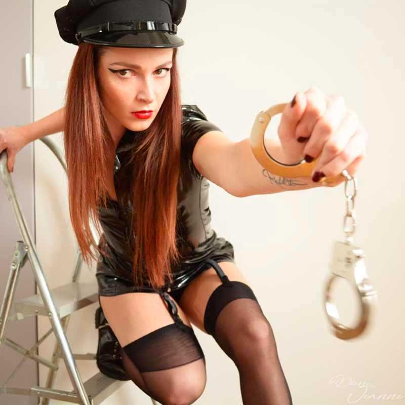 Humiliations en garde à vue par une policière lesbienne