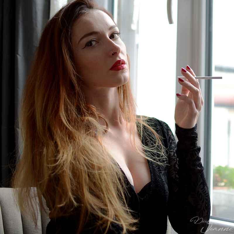 Dominatrice fumeuse t'insultes sans aucune pitié