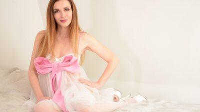 femme habillée en poupée