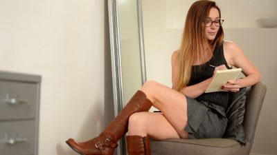 femme en bottes et lunettes
