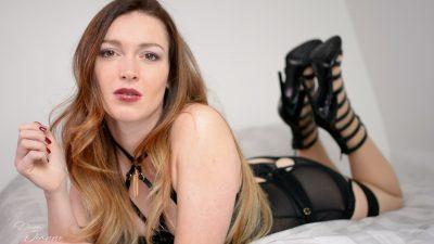 femme en talons noirs sexy qui est humiliante
