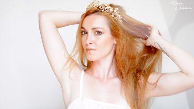 déesse rousse avec couronne dorée