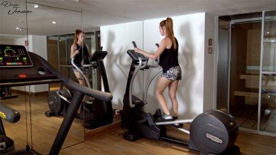 femme en train de faire du sport à la salle de sport en baskets et short