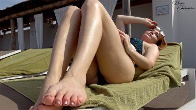 femme rousse en bikini à la piscine