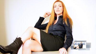 femme rousse sévère en chemisier jupe et bottines