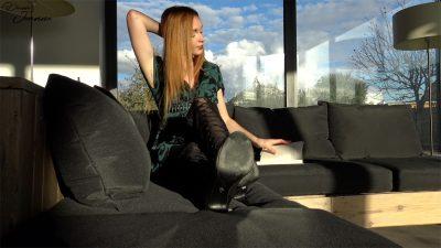 femme en cuissardes allongée dans un canapé