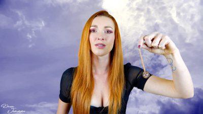 femme qui tient un pendule