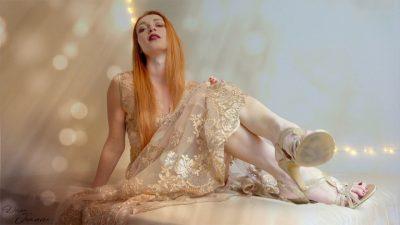 déesse rousse en robe dorée