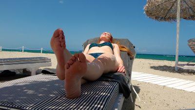 pieds de femme à la plage