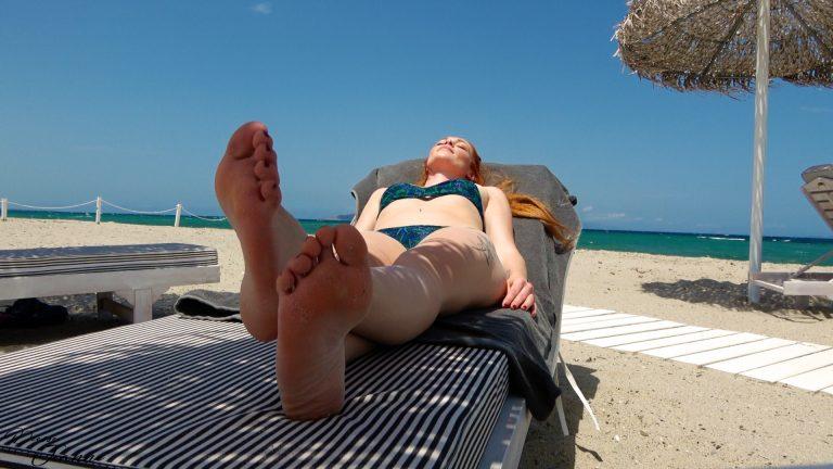 Ignoré aux pieds d'une Déesse sur la plage Déesse rousse