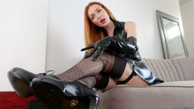 dominatrice rousse en latex