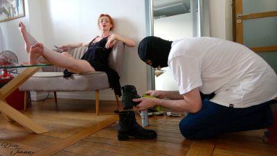 femme dominatrice et son esclave à demeure nettoie ses chaussures