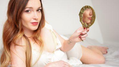 femme rousse en nuisette qui admire sa beauté