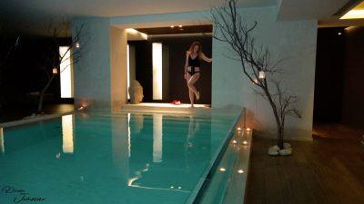 rousse en bikini à la piscine