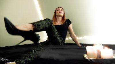 femme hautaine rousse en talons aiguilles
