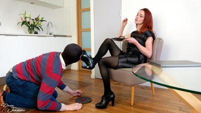 dominatrice rousse qui fait lécher ses semelles à son esclave