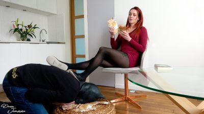 femme rousse en chaussons qui dépouille un pigeon