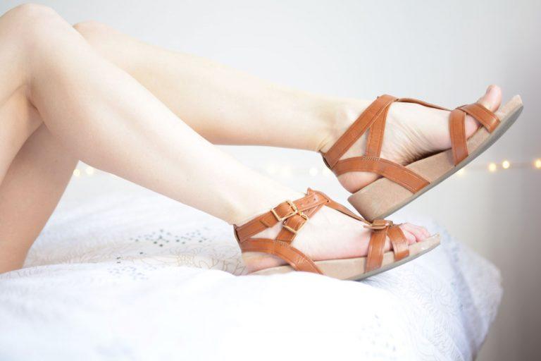 vieilles sandales en cuir pour fétichiste