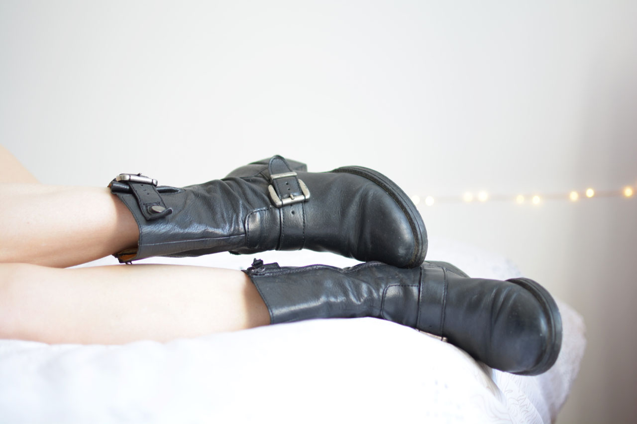 fétichiste bottines motarde en cuir noir