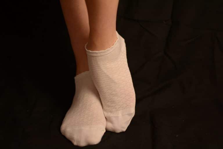 chaussettes en coton blanc sale et odorantes