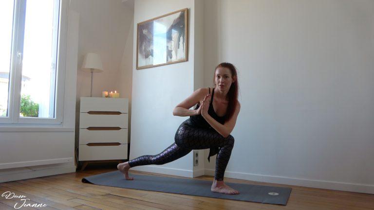 femme en legging de yoga pieds nus
