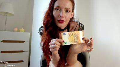 femme qui tient un billet de 50 euros dans ses mains money fetish