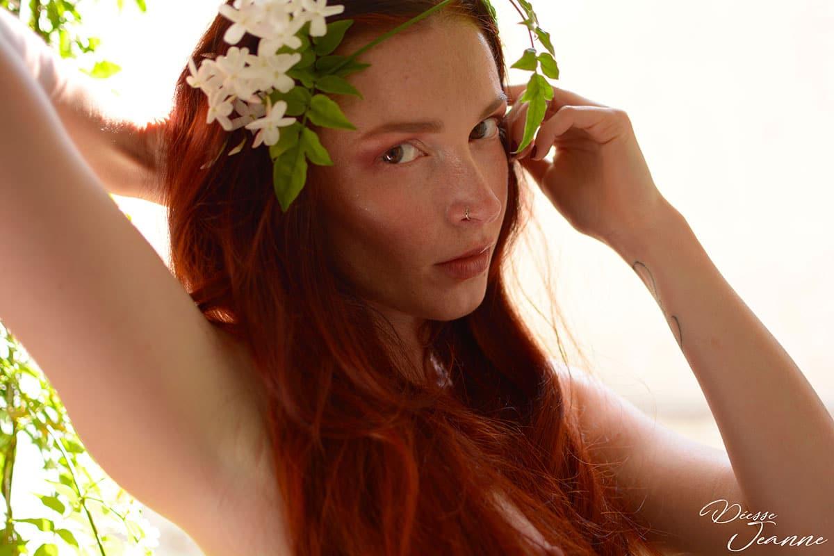 déesse rousse de la nature fleurs de jasmin