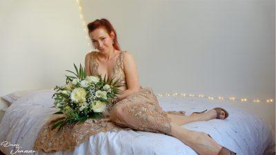 femme rousse en robe de mariée