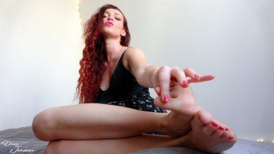 femme rousse pieds nus ongles vernis en rose