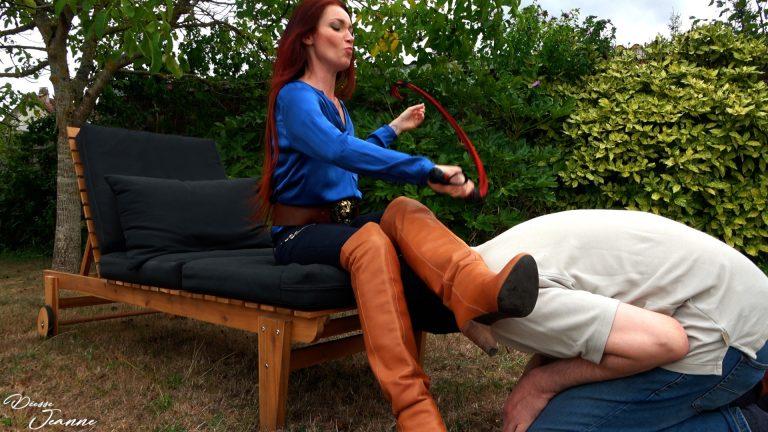 Vidéo POV forced boot worship : Larbin forcé à vénérer mes bottes