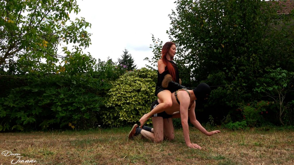 dominatrice sadique dresse son pony slave au pony riding séance réelle pratique bdsm