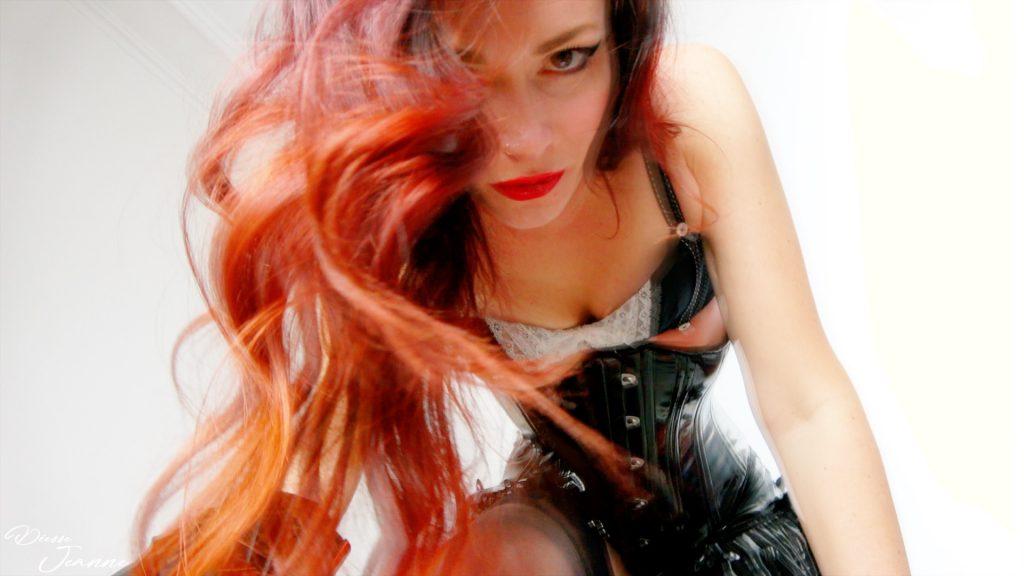 royaume déesse jeanne dominatrice rousse en vinyle