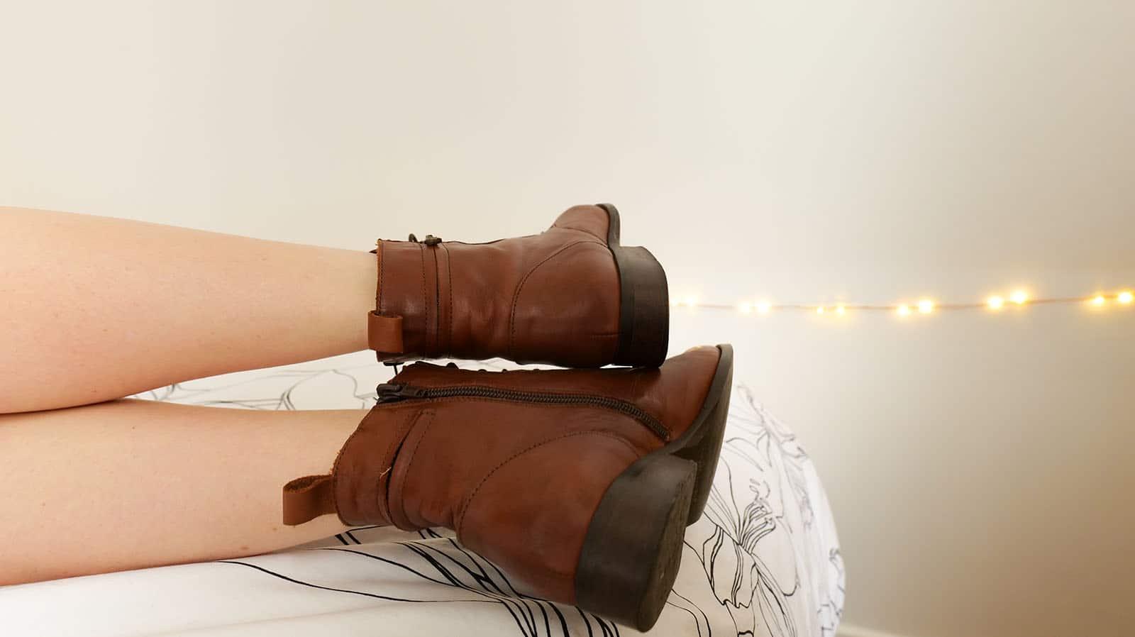 bottines en cuir marron portées pour fétichiste